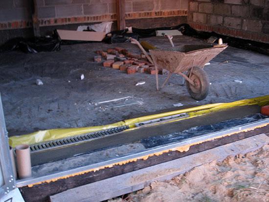 Kratka odpływowa w garażu