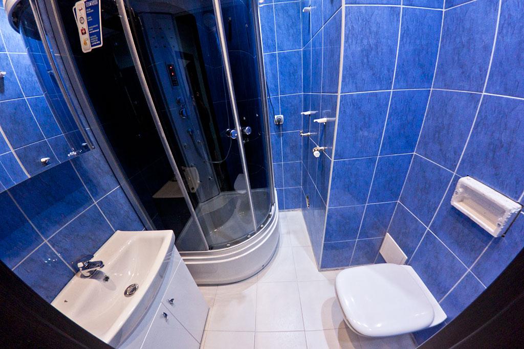 Łazienka na dole - Sedes podwieszany, kabina i zlew