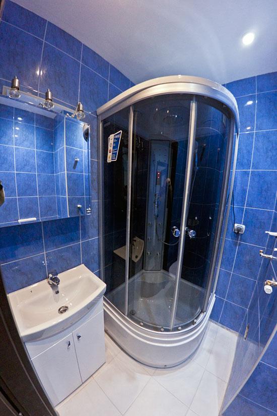 Łazienka na dole - kabina i meble łazienkowe