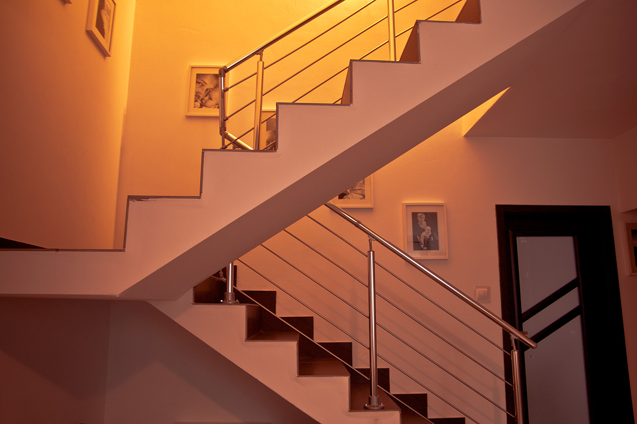 Balustrady aluminiowe na schodach