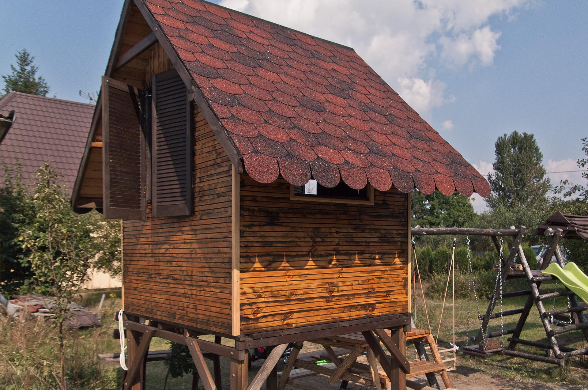 Domek pokryty gontem