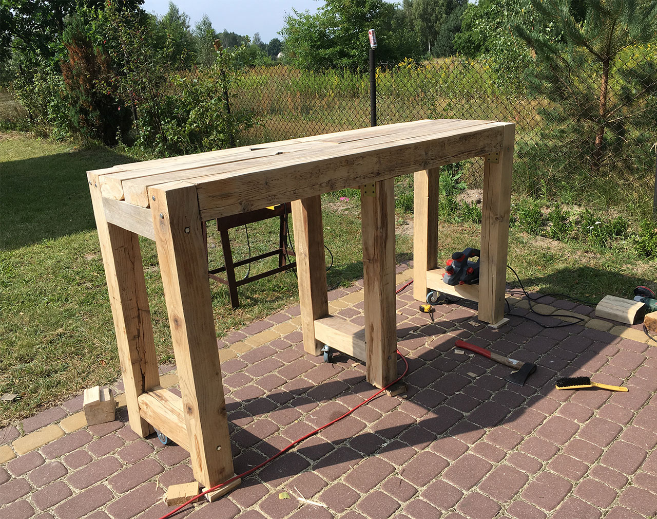 Oszlifowany stół garażowy