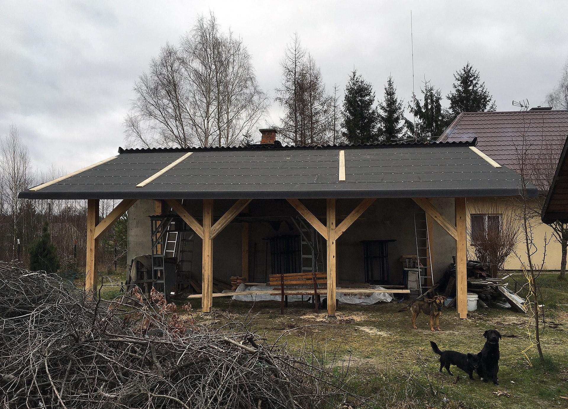 Pokrycie papą asfaltową dachu wiaty i przybicie gwoździami papowymi z podkładką.